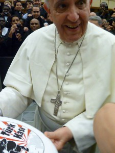Papst-Franziskus_spielt-Frisbee