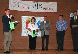 Der 1. Vorsitzende Lars Görgens (v.l.n.r.) bedankt sich bei Bernward Siemes vom DJK DV, Regina SChier vom DJK KV und Jörg Groß vom DJK BV für Glückwünsche und Gechenke.