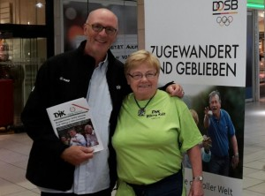 Am Stand der DJK Wiking: Der Geschäftsführer des DJK Diözesanverbandes Köln, Volker Lemken mit Katharina Knapp von der  DJK Wiking-Geschäftsstelle